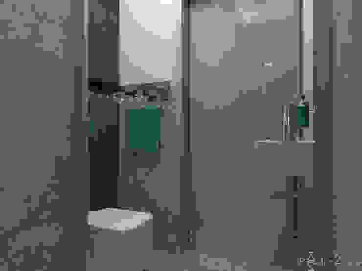 Łazienka gościnna z lustrzaną mozaiką Nowoczesna łazienka od in2home Nowoczesny Płytki