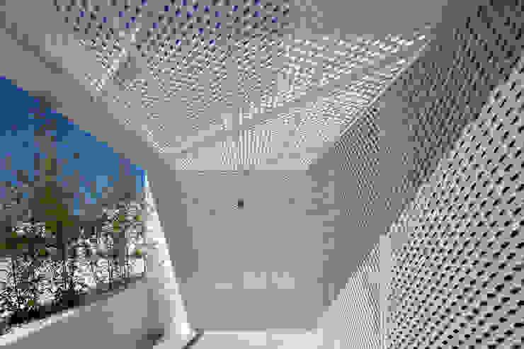 Moradias Manta Rota Varandas, marquises e terraços modernos por Posto9 Arquitectos Moderno