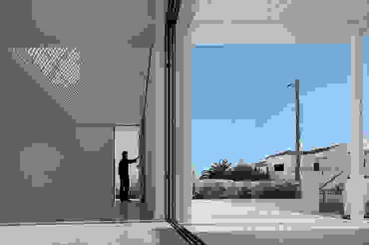 Moradias Manta Rota: Salas de estar  por Posto9 Arquitectos,