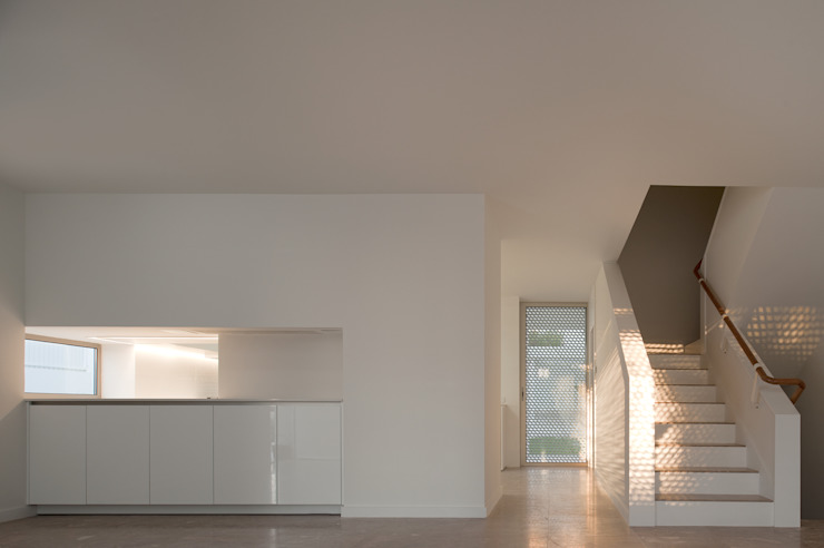 Moradias Manta Rota: Cozinhas  por Posto9 Arquitectos,