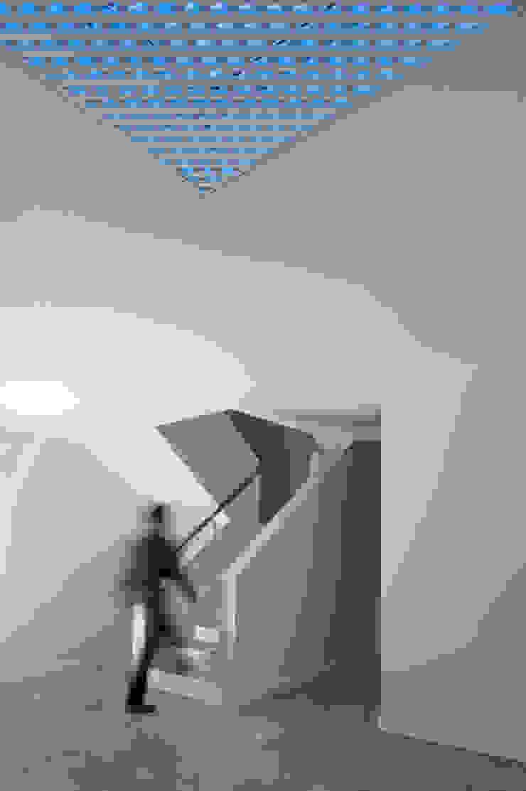 Moradias Manta Rota Corredores, halls e escadas modernos por Posto9 Arquitectos Moderno