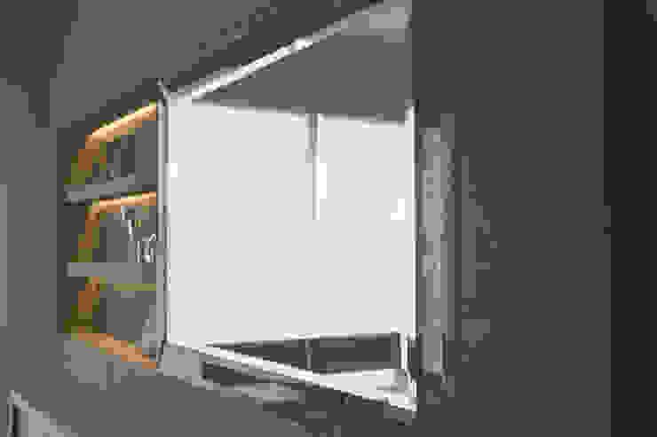 Muro para tv en granito y puerta corrediza en espejo. de homify Clásico Piedra
