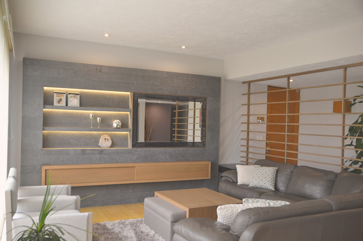 Muro para tv en granito y puerta corrediza en espejo. Mesa de centro en tela y madera de roble. de homify Clásico Piedra