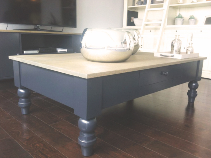 Mesa de centro en laca gris y cubierta de roble. de homify Clásico Madera Acabado en madera