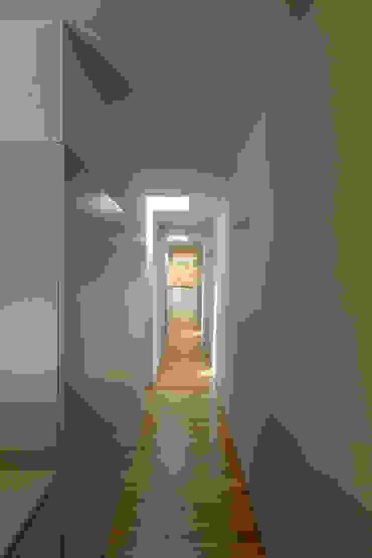 Casa em Espiunca Corredores, halls e escadas rústicos por ABPROJECTOS Rústico