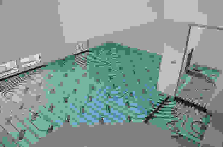 (2) Underfloor heating/ piso radiante Paredes e pisos modernos por Dynamic444 Moderno