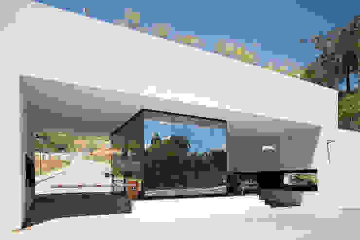 O LAGO E O PERISCÓPIO . Portaria de Condomínio Garagens e edículas minimalistas por Pedro Barata e Arquitetos Associados Minimalista