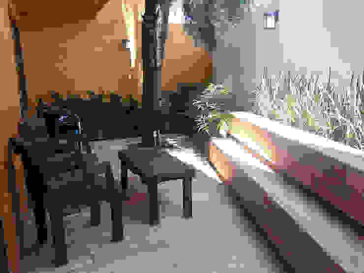 konSeptA arquitectos Balcones y terrazas de estilo moderno Acabado en madera