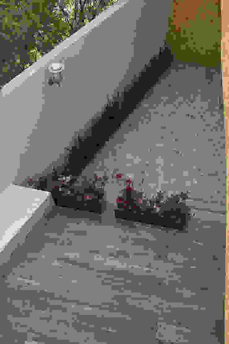 Terraza trasera Balcones y terrazas modernos de konSeptA arquitectos Moderno