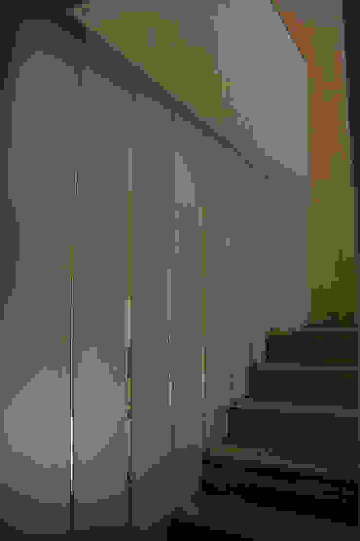 Escalera de acceso Pasillos, vestíbulos y escaleras modernos de konSeptA arquitectos Moderno Vidrio