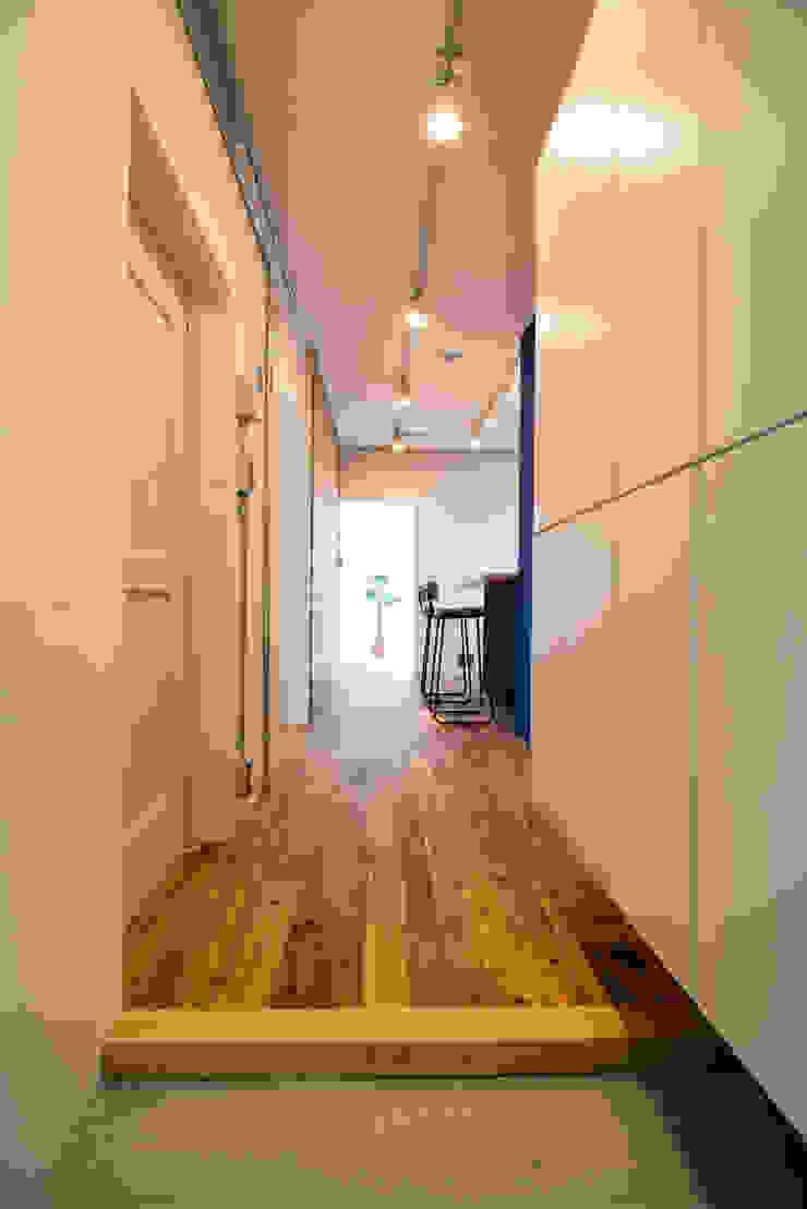 廊下: アーチアンドドリームが手掛けた素朴なです。,ラスティック