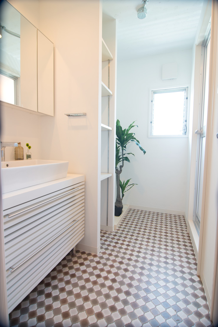 洗面室: アーチアンドドリームが手掛けた素朴なです。,ラスティック