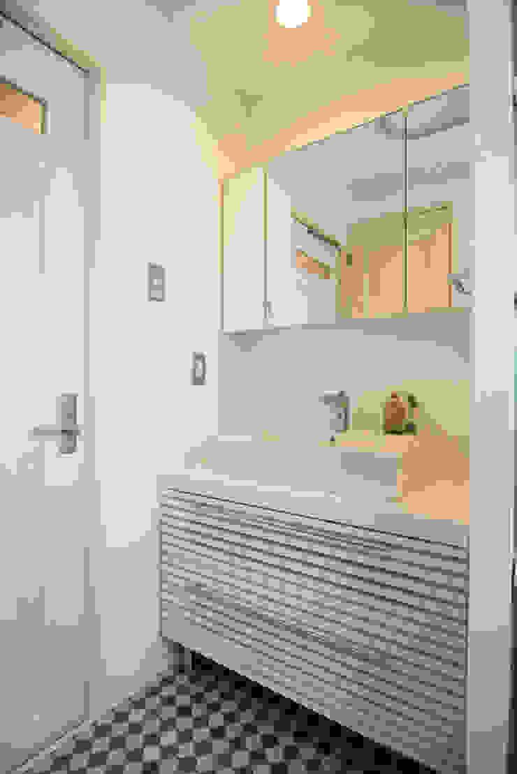 洗面台: アーチアンドドリームが手掛けた素朴なです。,ラスティック