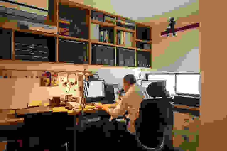 Escritórios modernos por 藤森大作建築設計事務所 Moderno