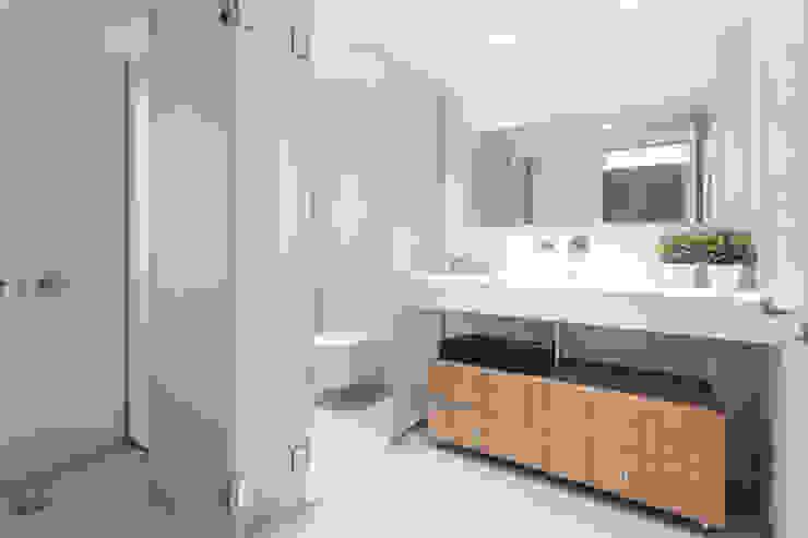 Baño habitación doble Baños de estilo minimalista de onside Minimalista