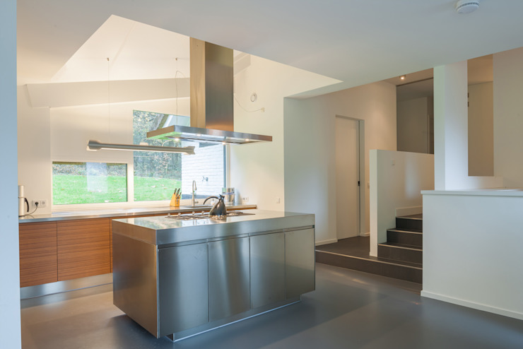 Maas Architecten Modern kitchen