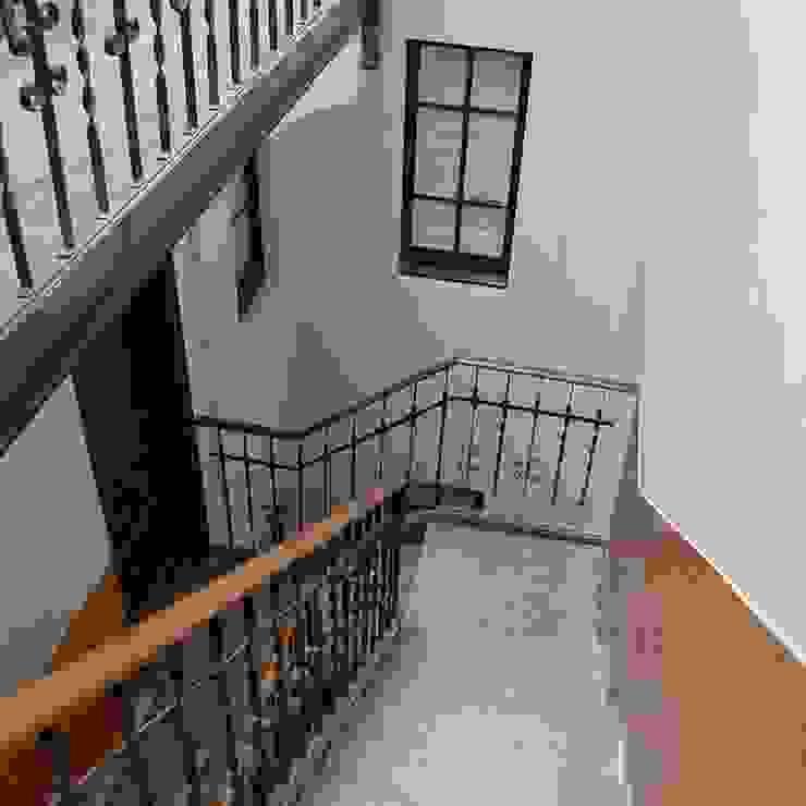 Couloir, entrée, escaliers classiques par migueldiego717 Classique