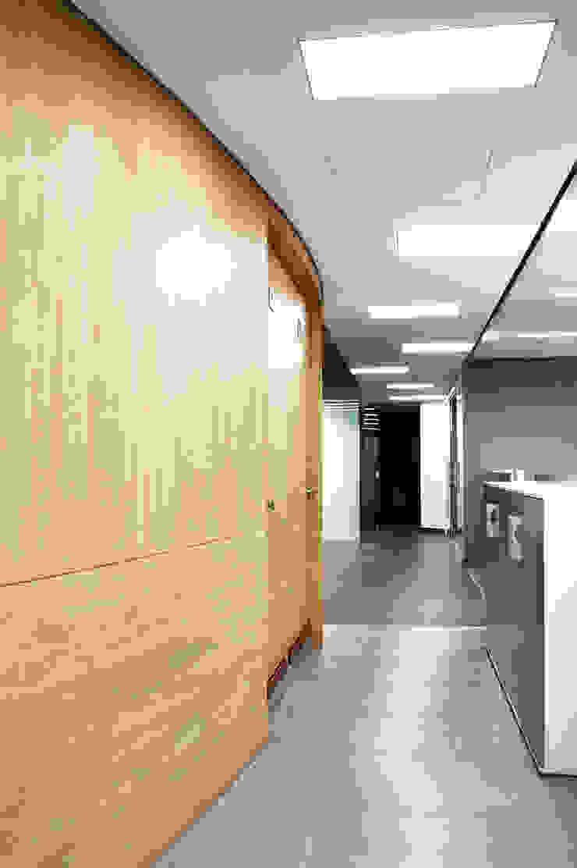 Zona de Servicios Pasillos, vestíbulos y escaleras de estilo moderno de Qualittá Arquitectura Moderno Aglomerado