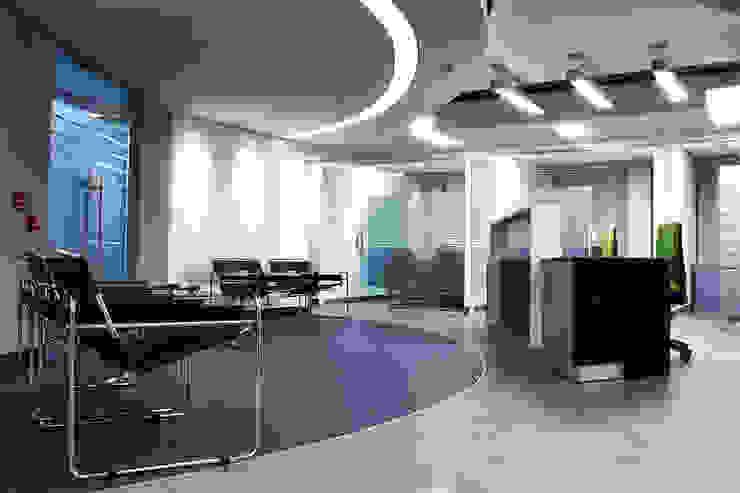 Recepcion Pasillos, vestíbulos y escaleras de estilo moderno de Qualittá Arquitectura Moderno Aglomerado