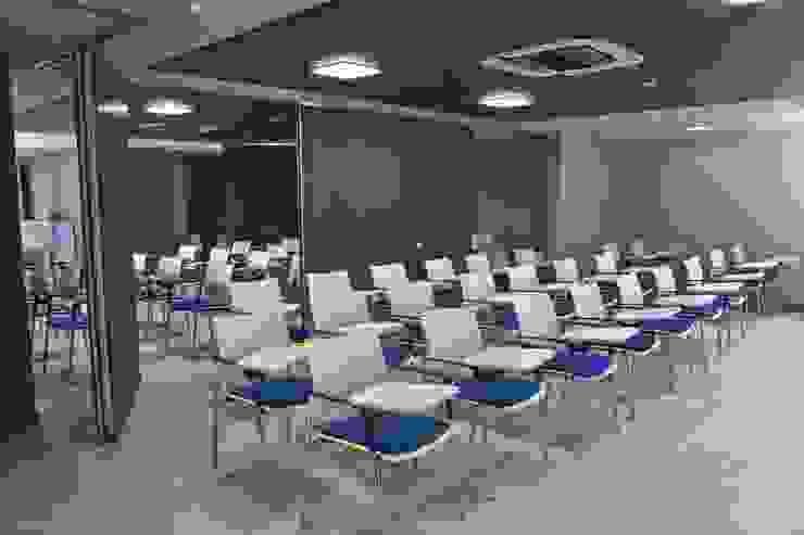Sala de Conferencias Salas multimedia de estilo moderno de Qualittá Arquitectura Moderno Derivados de madera Transparente