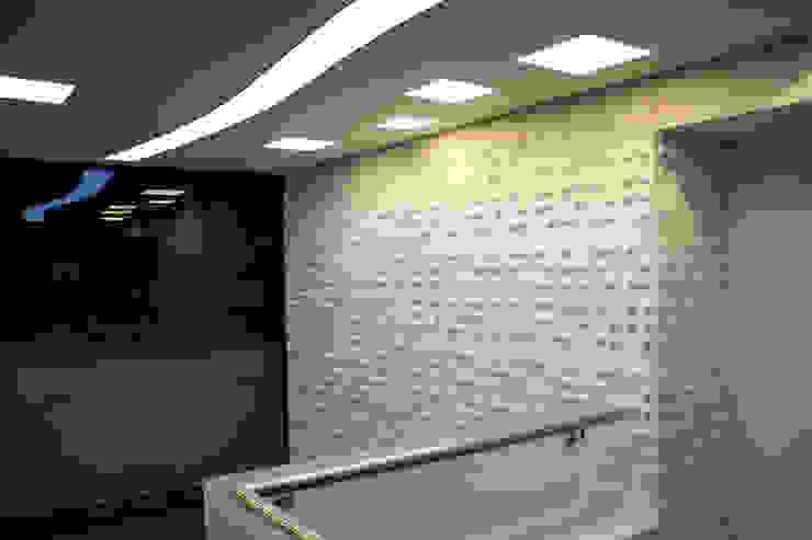 Acceso Presidencia Pasillos, vestíbulos y escaleras de estilo moderno de Qualittá Arquitectura Moderno Derivados de madera Transparente