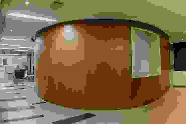 Acceso Sala de Juntas Pasillos, vestíbulos y escaleras de estilo moderno de Qualittá Arquitectura Moderno Derivados de madera Transparente