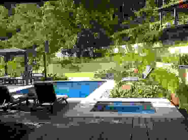 ÁREA EXTERNA - PISCINA Piscinas tropicais por Maria Claudia Faro Tropical