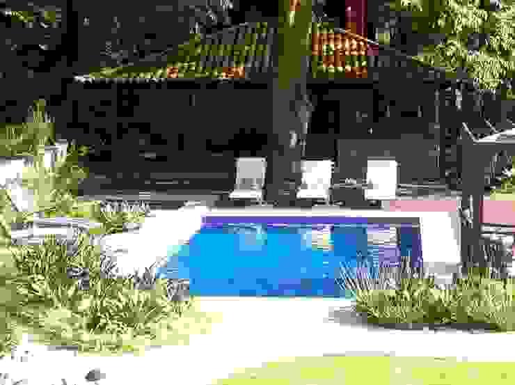 トロピカルスタイルの プール の Maria Claudia Faro トロピカル