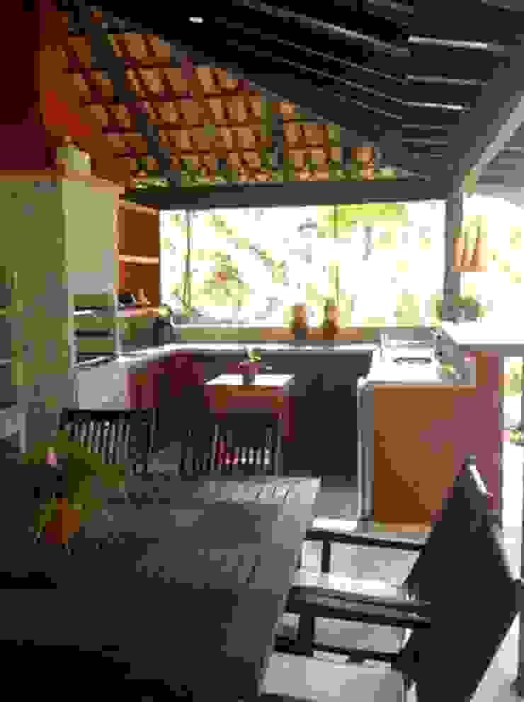 ÁREA EXTERNA Cozinhas tropicais por Maria Claudia Faro Tropical