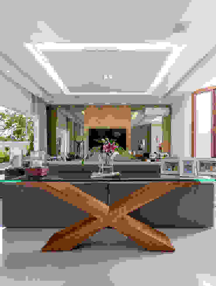 现代客厅設計點子、靈感 & 圖片 根據 Adriana Leal Interiores 現代風 木頭 Wood effect