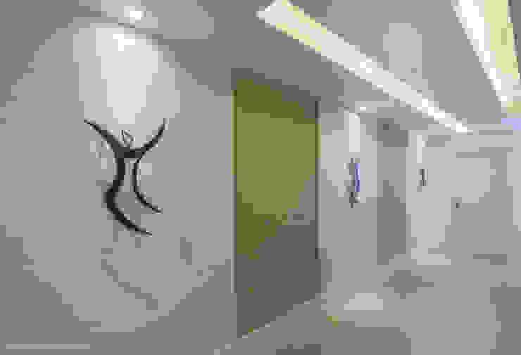 現代風玄關、走廊與階梯 根據 Adriana Leal Interiores 現代風