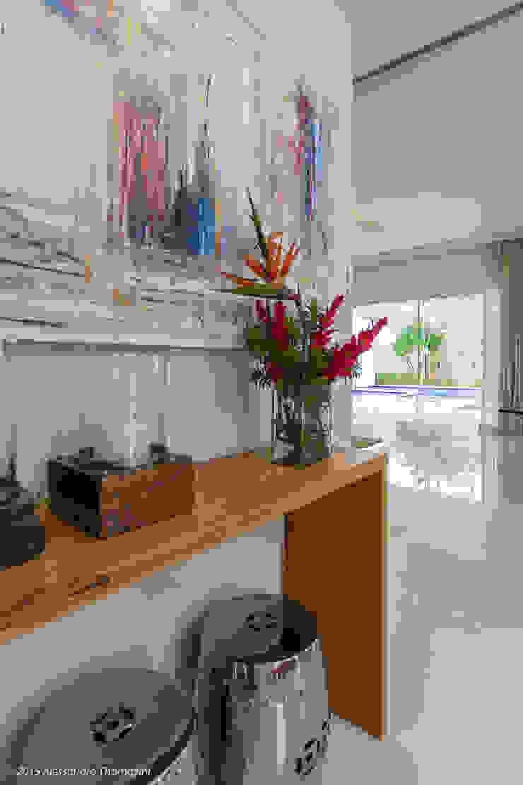 現代風玄關、走廊與階梯 根據 Adriana Leal Interiores 現代風 木頭 Wood effect