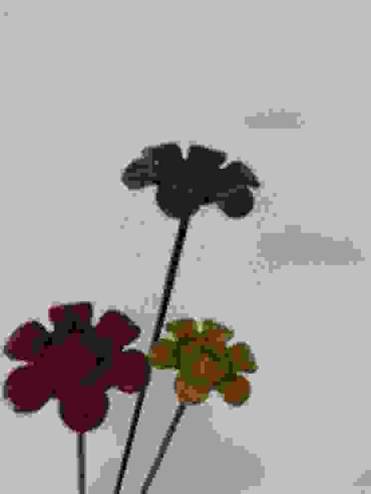 Flower Buttons. Modern dining room by Designmint Modern Iron/Steel