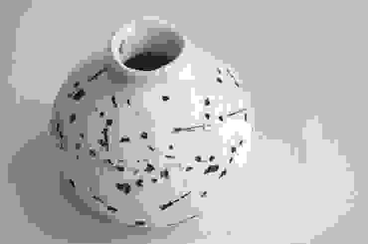 石のあと: Yusuke Hatakeyamaが手掛けた折衷的なです。,オリジナル 磁器