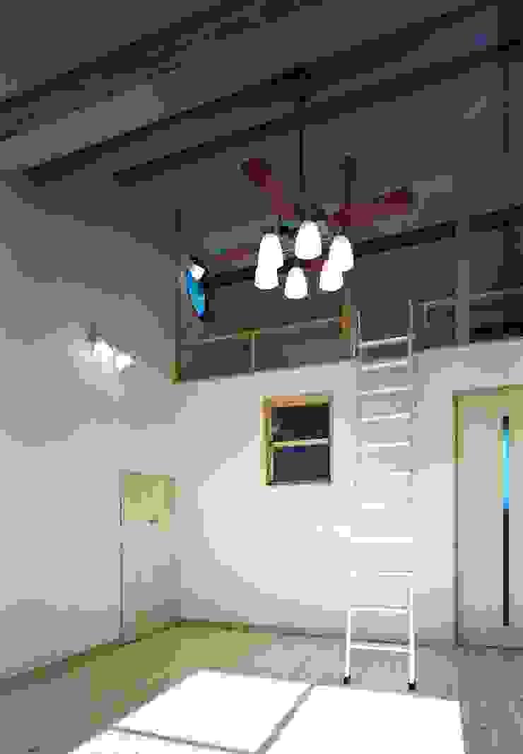主寝室&ロフト&ウォークインクローゼット 小栗建築設計室 モダンスタイルの寝室