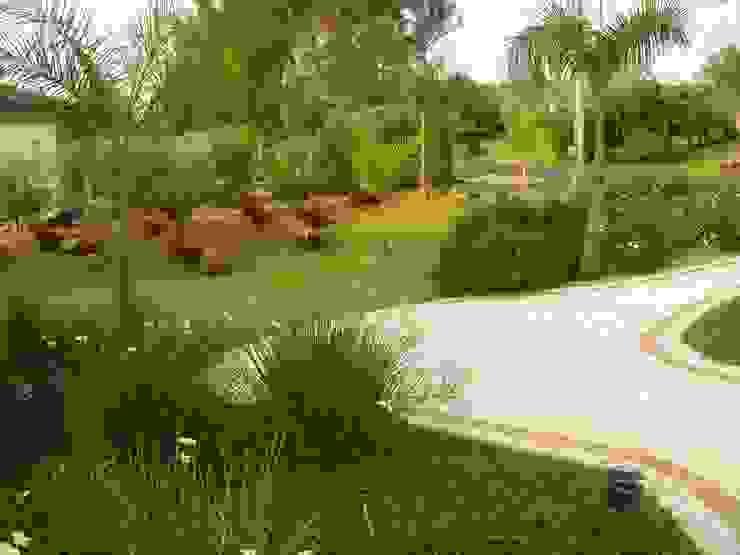 Jardim Tropical no Condomínio Terras de São José - ITU Jardins tropicais por REJANE HEIDEN PAISAGISMO Tropical