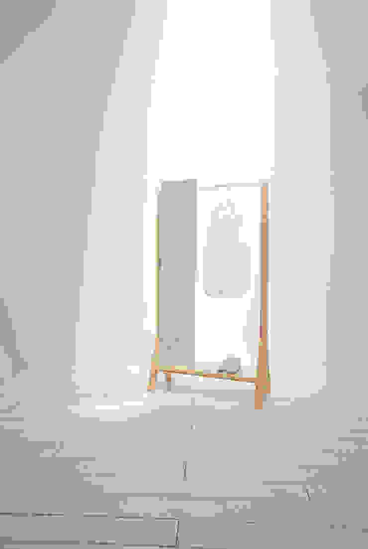 hanger and mirror: 暮らすひと暮らすところが手掛けたミニマリストです。,ミニマル 木 木目調