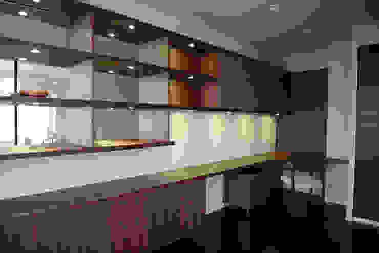 T邸 モダンデザインの 書斎 の 暮らすひと暮らすところ モダン 木 木目調
