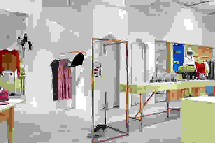 Vestidores de estilo minimalista de 暮らすひと暮らすところ Minimalista