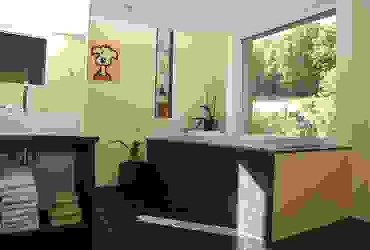 Steinhaus über dem Rheintal Moderne Badezimmer von Noesser Padberg Architekten GmbH Modern