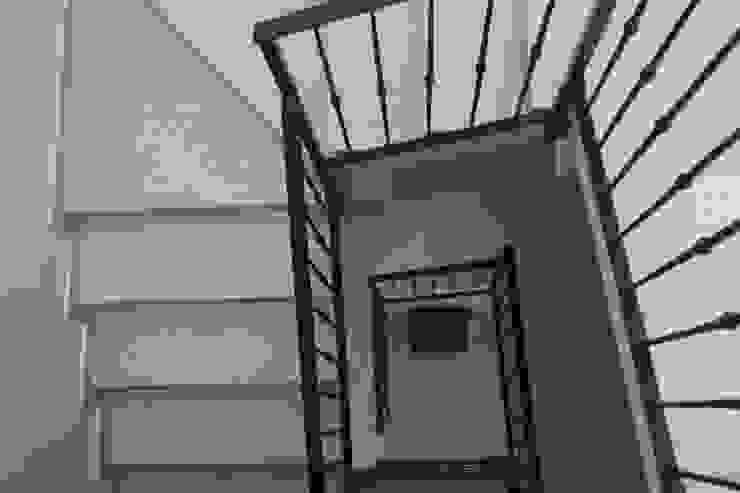 Realizzazioni Adami|Zeni Ingegneria e Architettura Pasillos, vestíbulos y escaleras de estilo moderno