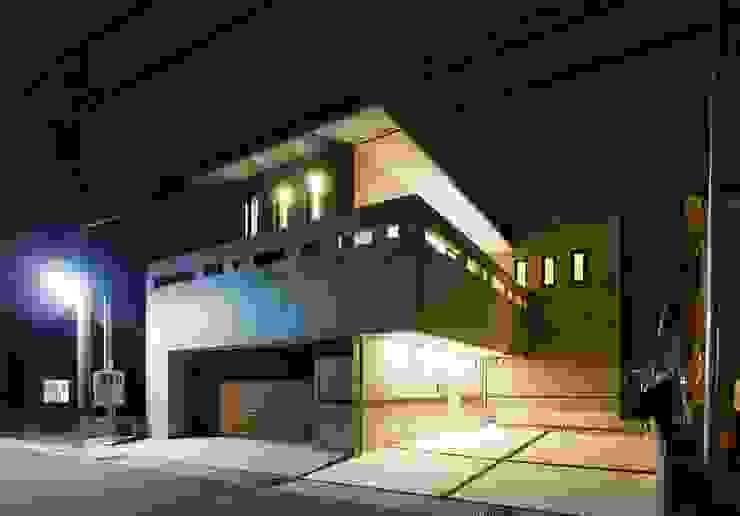 中庭に暖炉がある、曲面のファサードと、打ち放しのスクエアなファサードの二世帯住宅 モダンな 家 の イデア建築デザイン事務所 モダン 鉄筋コンクリート