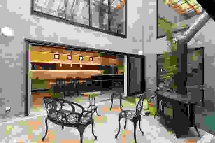 中庭から見るダイニングキッチン モダンデザインの テラス の イデア建築デザイン事務所 モダン タイル