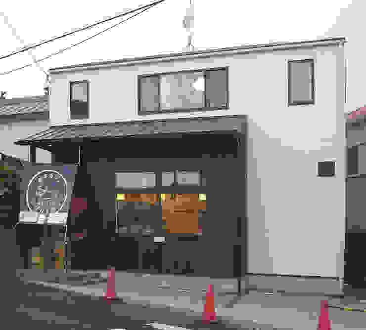絵本カフェ はびき堂 モダンな 家 の 株式会社 atelier waon モダン