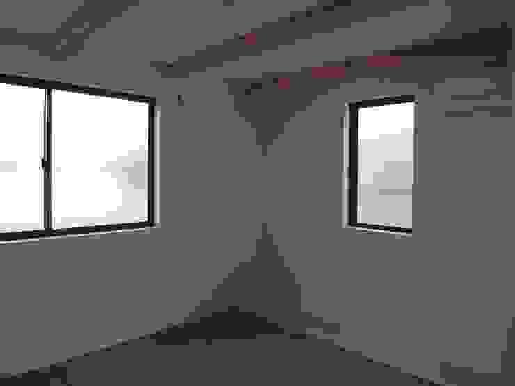 絵本カフェ はびき堂 モダンスタイルの寝室 の 株式会社 atelier waon モダン