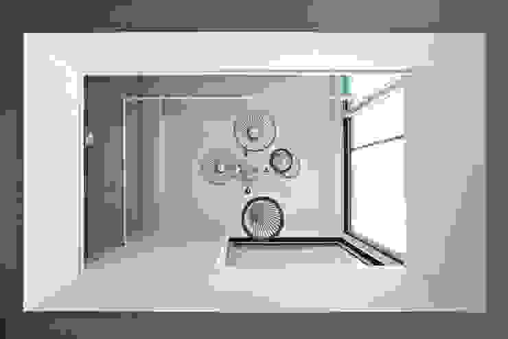 Bukhansan Dulegil house: designband YOAP의  거실,모던