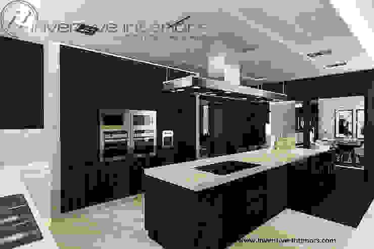 Ciemne meble w kuchni Nowoczesna kuchnia od Inventive Interiors Nowoczesny