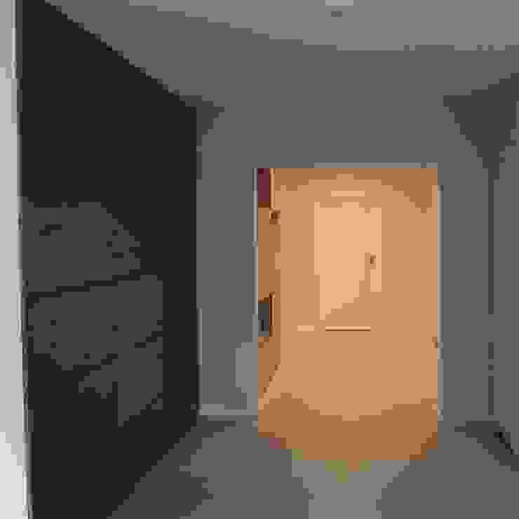 Dom jednorodzinny Skandynawski korytarz, przedpokój i schody od studio bonito Skandynawski