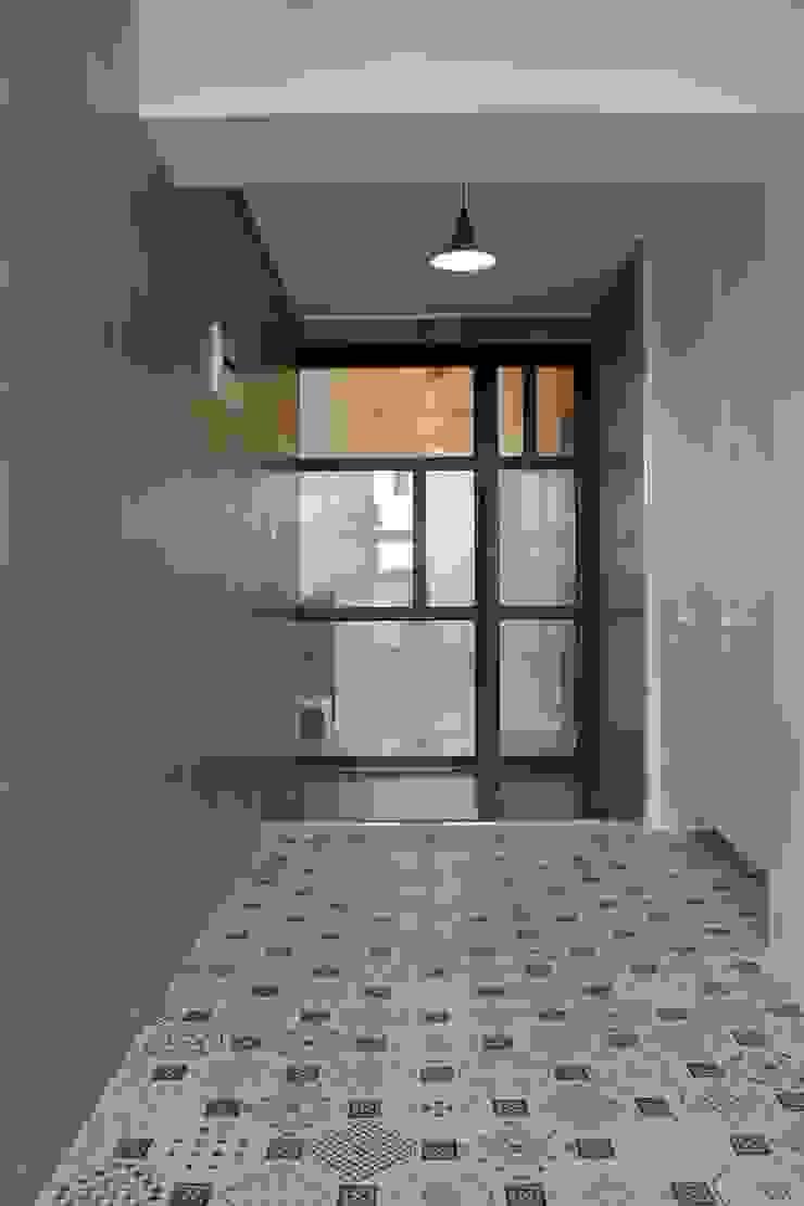 Moderner Flur, Diele & Treppenhaus von 더홈인테리어 Modern