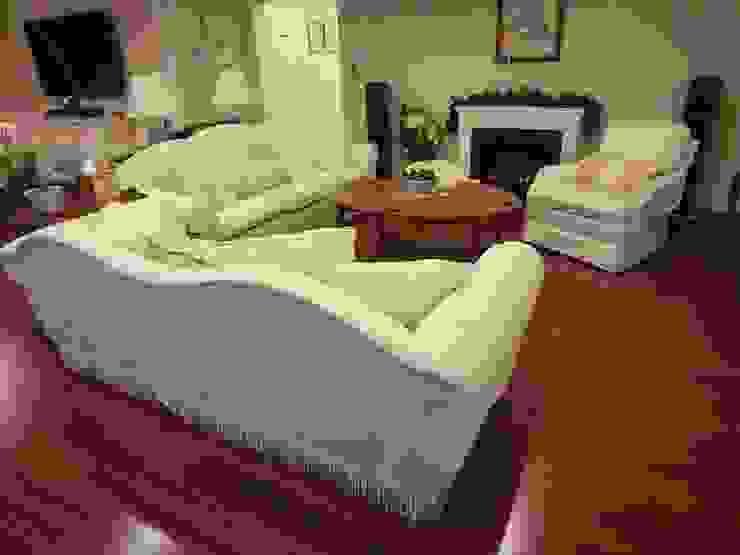 3 seater camel back sofa Reupholsered: (株)工房スタンリーズが手掛けたクラシックです。,クラシック 合成繊維 ブラウン